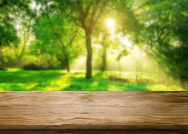 Tavolo in natura sfocatura verde con spazio vuoto copia sul tavolo per la visualizzazione del prodotto