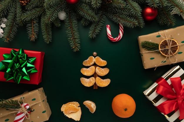 Sul tavolo c'è un albero di natale fatto di fette di mandarino