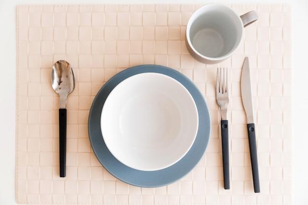 Sul tavolo c'è un piatto, una tazza
