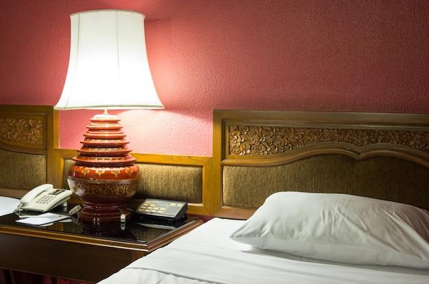 Lampada da tavolo in camera da letto durante le ore notturne
