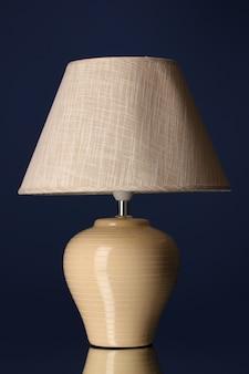Lampada da tavolo su superficie blu scuro