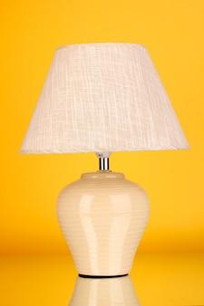 Lampada da tavolo su giallo