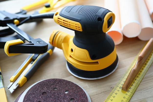 Sul tavolo giacciono le macchine utensili per la rettifica per i costruttori