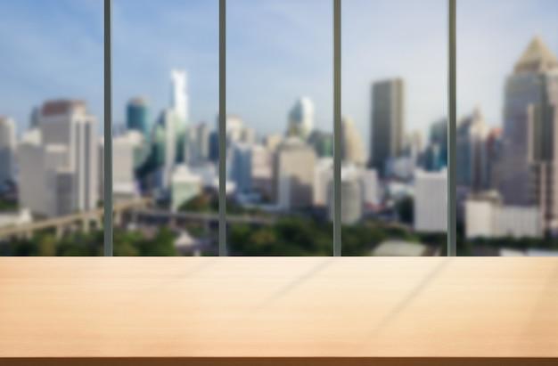 Tavolo in background città ufficio moderno con spazio vuoto copia sul tavolo per mockup di visualizzazione del prodotto
