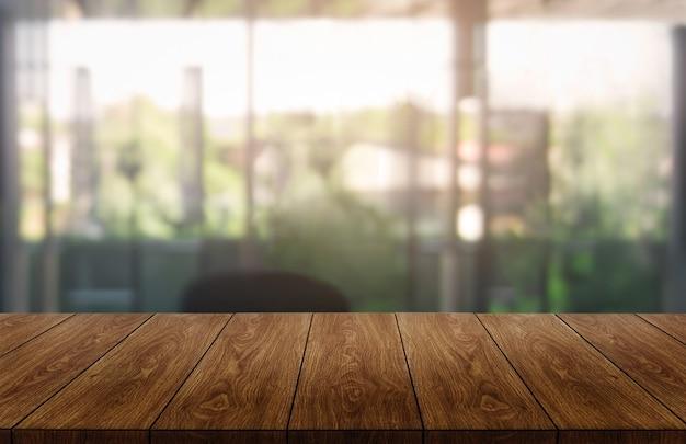 Tabella nella priorità bassa moderna della città dell'ufficio con lo spazio vuoto della copia sulla tabella per l'esposizione del prodotto