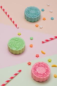 Impostazione della festa in tavola. mooncakes colorati del tradizionale festival di metà autunno.