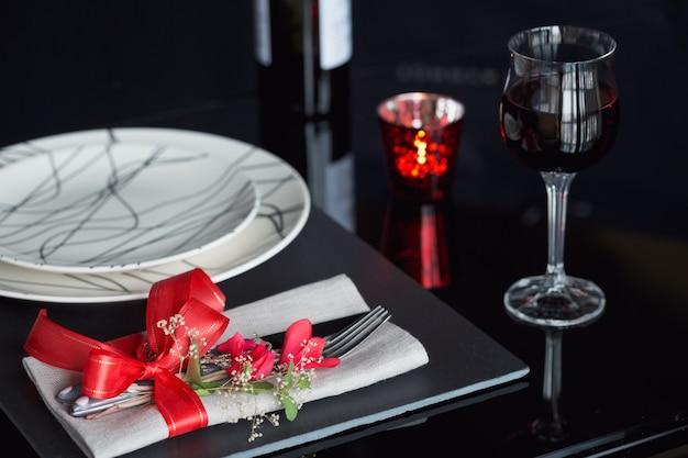 Impostazione di posto tavola con decorazioni festive. cena romantica.