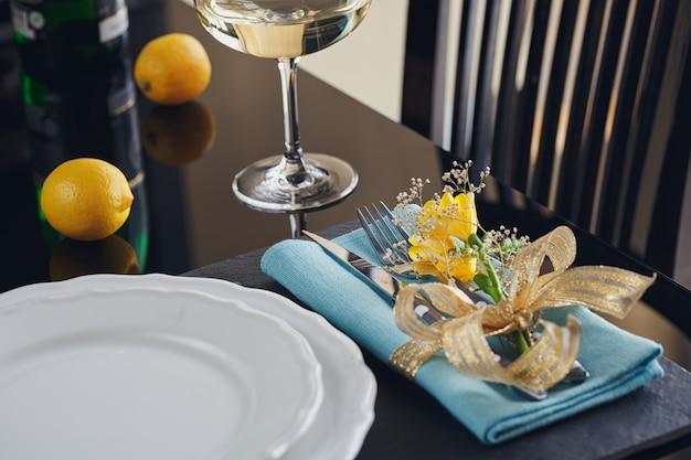 Impostazione di posto tavola con decorazioni festive