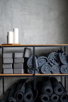 Scaffale da tavolo con candele decorative e accessori per le lezioni