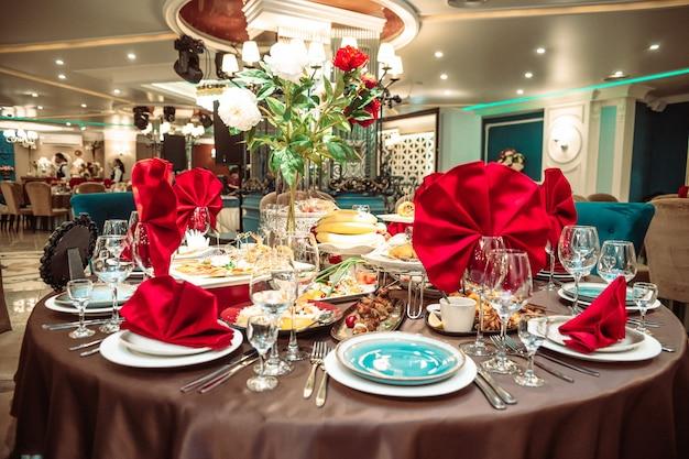 Un tavolo in un ristorante in vacanza con tovaglioli rosso vivo.