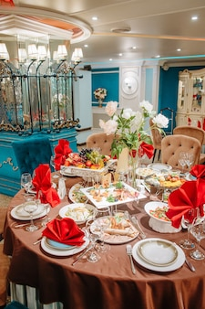 Il tavolo del ristorante è decorato per l'evento.