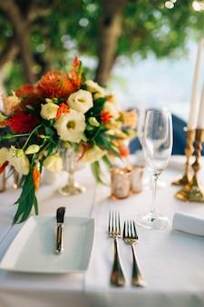 Un tavolo in un ristorante vicino al mare