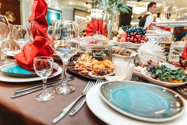 Un tavolo in un ristorante con cibo in vacanza.