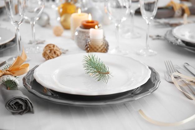 Tavolo servito per la cena di natale, vista ravvicinata