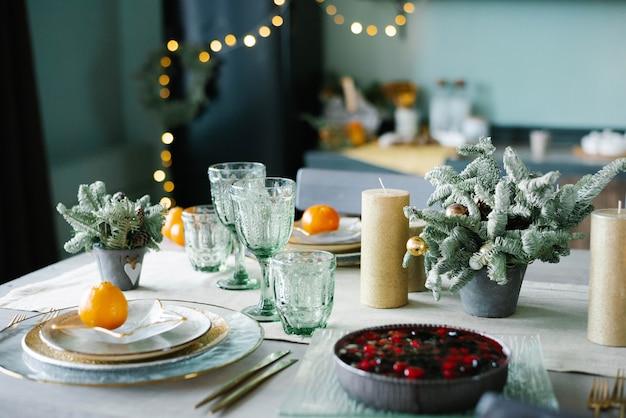Tavolo servito per la cena di natale in soggiorno vista ravvicinata messa in tavola