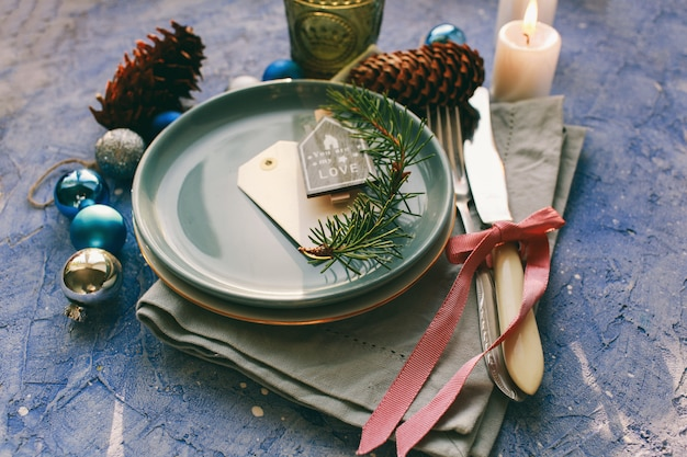Tavolo servito per la cena di natale in salotto