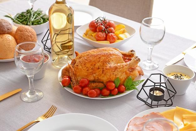 Set da tavola per la grande cena in famiglia