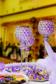 Tavolo apparecchiato per una festa evento o un ricevimento di matrimonio tavolo di nozze del ristorante