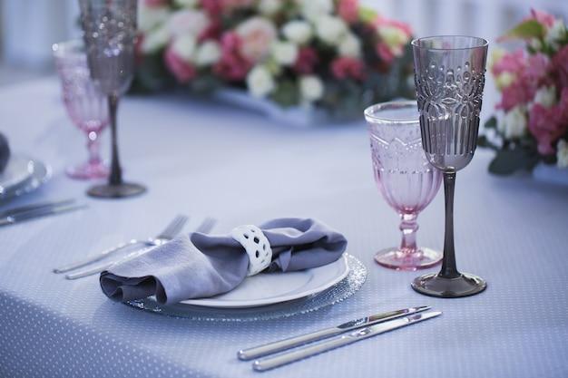 Set da tavola per una festa evento o un ricevimento di matrimonio