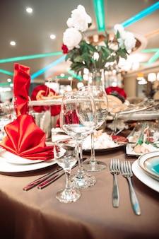 Una tavola apparecchiata in un ristorante in vacanza.