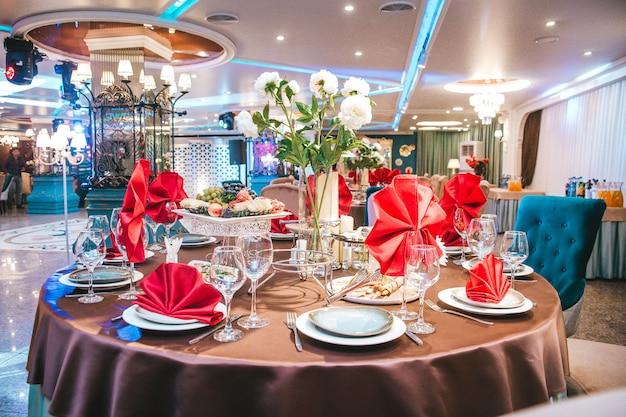 Una tavola apparecchiata in un ristorante in vacanza