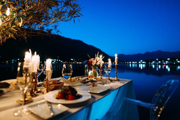 Una tavola apparecchiata per due in un ristorante a kotor, montenegro