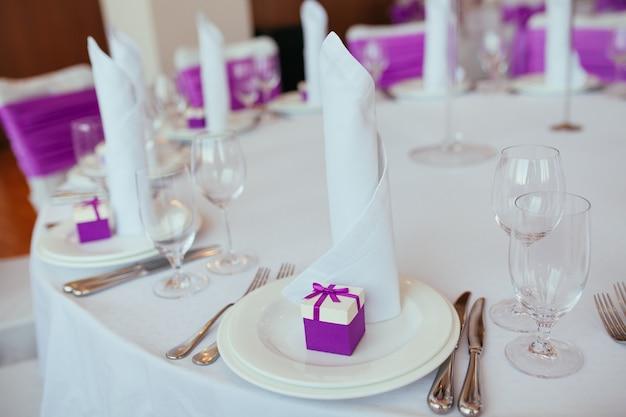 Tavola apparecchiata per il matrimonio o un'altra cena per eventi con catering.