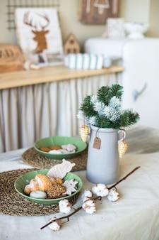 Impostazione della tavola per la cena di natale biscotti fatti in casa decorazione di natale sulla cucina in legno