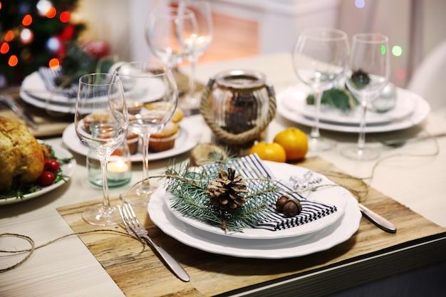 Apparecchiare la tavola per il pranzo di natale a casa