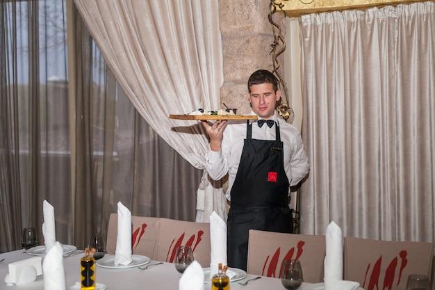 Apparecchiare la tavola per la cena in un ristorante. Foto Premium