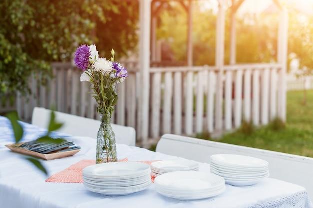 Regolazione della tabella cibo celebrazione all'aperto il concetto di partito