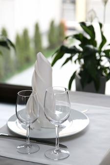 La tavola nel ristorante posate vicino alla finestra