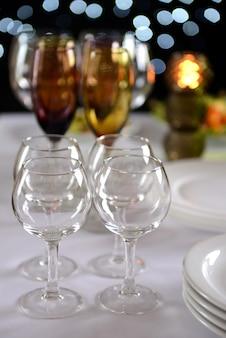 Regolazione della tavola nel ristorante