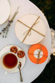 Regolazione della tavola, tea party romantico con dolci, vista dall'alto, nessuno. argenteria di lusso sulla tovaglia bianca, stoviglie all'aperto.