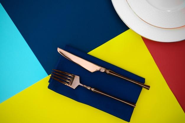 Regolazione della tavola, posate e primo piano del piatto, vista dall'alto, nessuno. decorazione per banchetti, tovaglie e tovaglioli colorati, stoviglie all'aperto