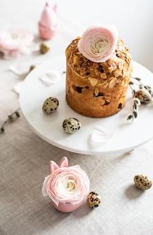 Tavola con torta e fiori