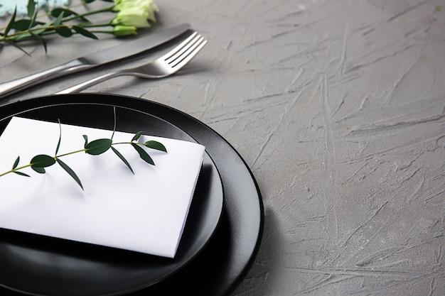 Regolazione della tabella con decorazioni floreali su sfondo grigio