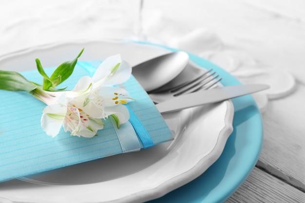 Regolazione della tabella con i fiori, primo piano