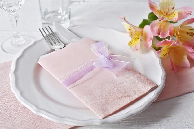 Regolazione della tavola con fiori primaverili