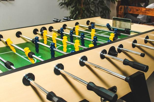 Calcio balilla. giocatori di calcio figure di gioco da vicino. un gioco divertente per gli appassionati di calcio.
