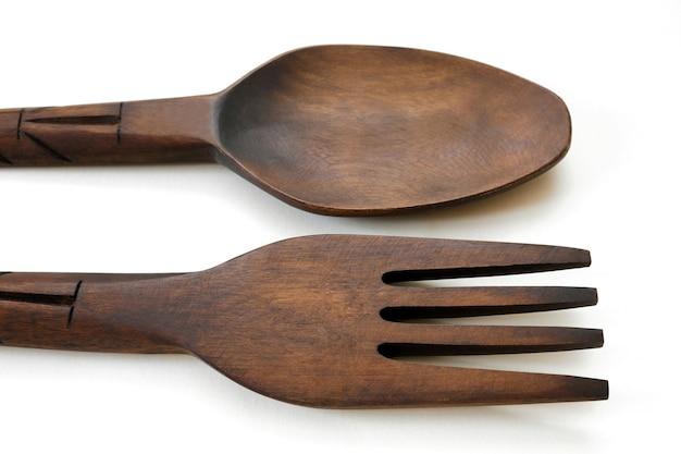 Cucchiaio da tavola e forchetta da legno isolato su bianco