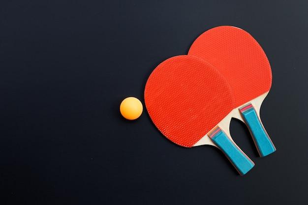 Racchetta e palla dell'attrezzatura di ping-pong. sport per il concetto di salute