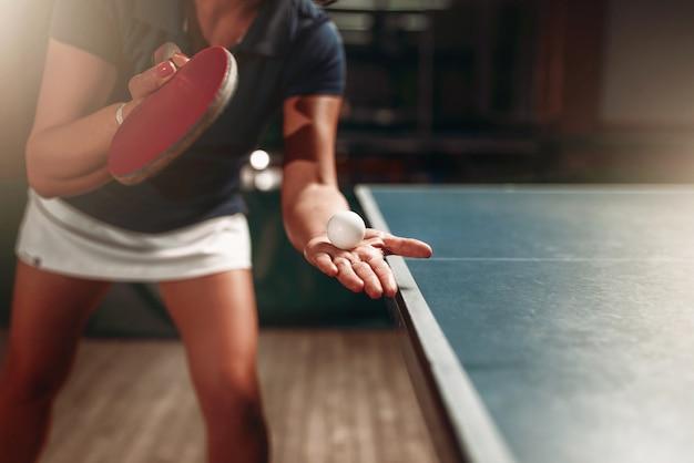 Ping-pong, giocatrice con racchetta e palla