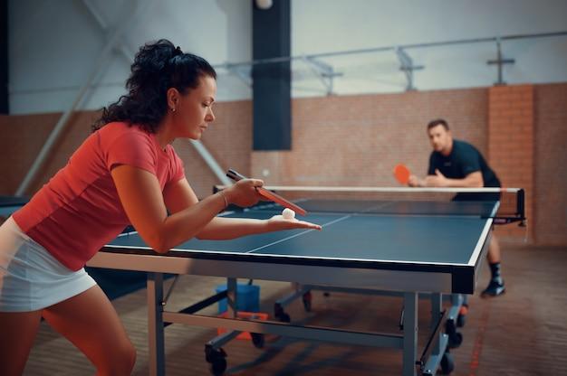 Giocatori di ping pong, ping pong maschili e femminili