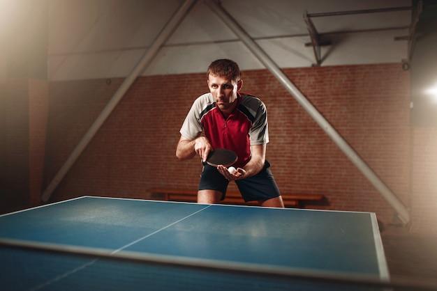 Tennis da tavolo, giocatore di sesso maschile con racchetta e palla