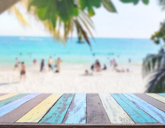 Piano del tavolo sulla spiaggia e la natura di sfocatura di sfondo