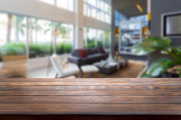 Piano del tavolo e sfocatura soggiorno dello sfondo.