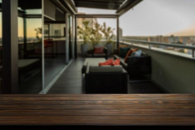 Piano del tavolo su un portico sfocato con divani sullo sfondo.