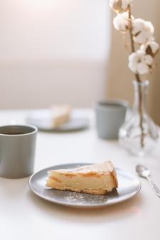 Foto da tavolo della colazione con caffè e torta