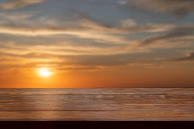 Piano del tavolo con vista al tramonto sfocata.